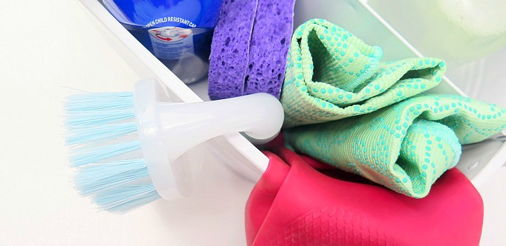 How organize the essentials in a cleaning caddy. Everyone needs one! Perfect for weekly cleaning or the big annual spring cleaning.