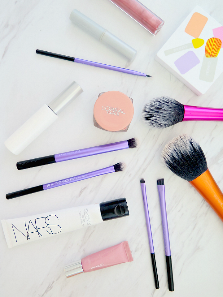 Click here to find out my favorite tip to clean makeup brushes: the secret household product to this easy DIY cleaning solutions. Makeup brushes clean in 5 minutes!