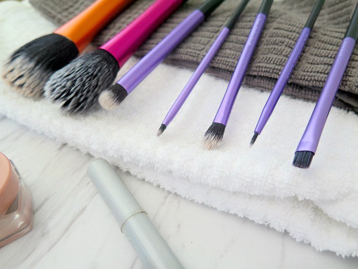 Here's my favorite tip to clean makeup brushes: the secret household product to this easy DIY cleaning solutions. Makeup brushes clean in 5 minutes!